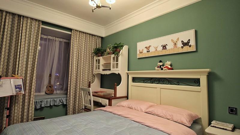 卧室另一侧面 阳台榻榻米书桌床头布置尺寸刚刚好,墙面颜色窗帘吊顶