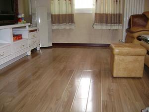 卧室贴木地板好还是瓷砖好 卧室铺木地板很后悔