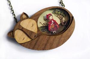 她把童话装进了项链里