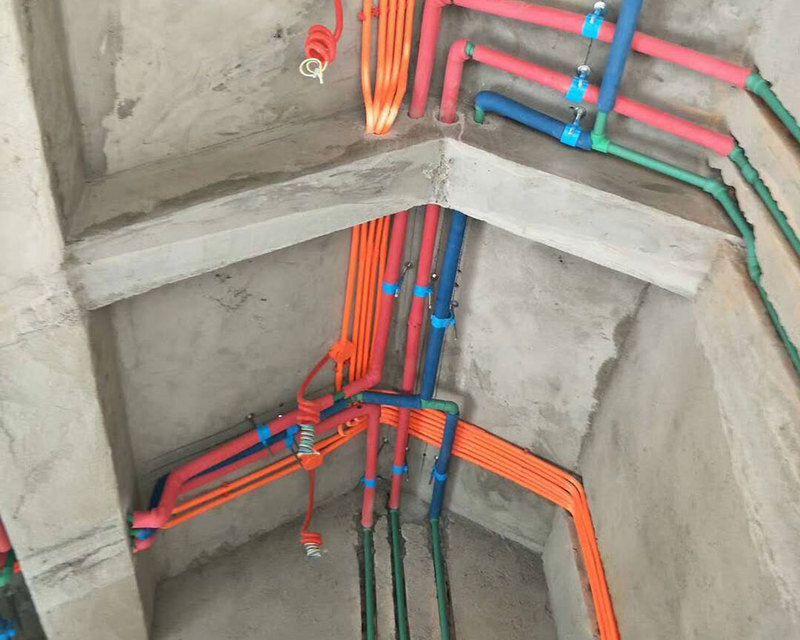 其实,很多装修业主都知道,装修是一个不断完善的过程,有时过了几年说不定还要重新进行装修或者维修,这时就必须要有电线和水管铺设的布置图。否则,像后期安装空调,要打空调孔的时候,如果没有布线图,很可能伤到电线和水管。装修业主需要注意的是,水电改造完成之后,要求水电施工方给出详细的、规范的水电改造图,标明重要节点位置,留作以后参照。当然,业主在施工过程中,到工地随手拍照也是一种有效的辅助。 电路改造中,强弱电共管、重复布线、电线不加套管直埋以及插座导线随意安装也是常见的错误,这些错误不仅容易导致电路容易出现