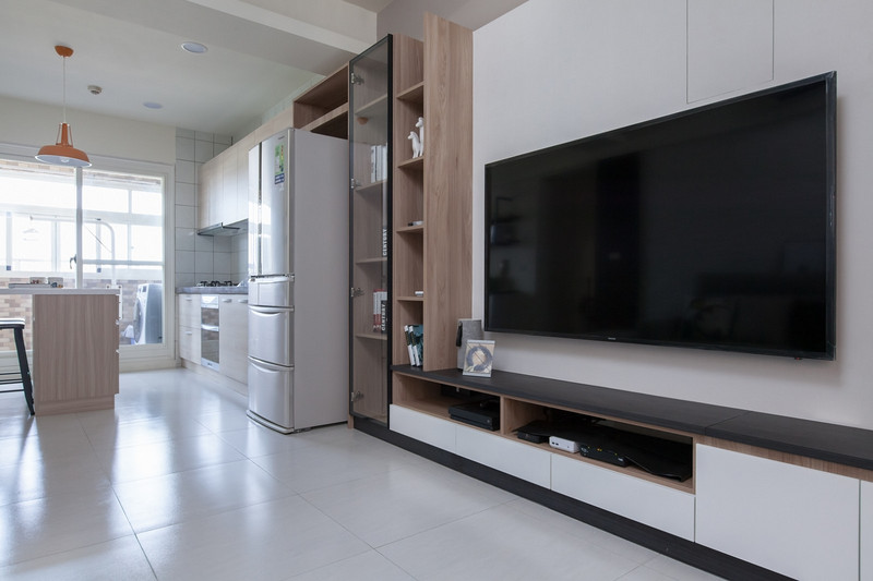 老公寓雖然沒有新大樓的時髦新穎,但它比較靠譜的是實際使用面積,這也是很多人愿意購買二手老房的原因所在。今天深圳老房子裝潢公司小編給大家分享的裝修案例位于深圳龍崗區,這間老房的房齡是比較長的,不過目前在設計上面裝修公司有優惠,設計師如何才能符合業主對新家的期待,并同步完整優化空間的原樣呢?一起來欣賞神奇的老房換新術吧!  如果說體貼與愛是業主呂先生選購這套房子的理由,那這背后的原因更是包含了他對于太太親心的呵護。由于妻子是惠州人,為了讓她方便往返探望雙親,所以特別在車站附近尋找符合兩人的居所,也是因為附近是