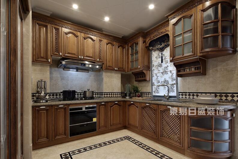 一、厨房装修之橱柜、吊柜设定合适的高度 厨房里吊柜、吊架,以及悬挂物的高度,都需要根据家人的身高来设计,以方便操作人员的高度为准。同时,吊柜的宽度应设计得比工作台窄一些,这样更便于操作。灶台最好设计在台面的中央,保证灶台旁边预留有工作台面,以便炒菜时可以安全及时地放置从炉上取下的锅或汤煲,避免烫伤。厨房的台面、橱柜的边角或是把手,最好用圆弧修饰橱柜及把手的边角位,这样可以有效减少碰伤或划伤的可能。 二、厨房装修之厨房插座最好提前规划数量与高度 装修前就要有计划地在厨房设置油烟机、烤箱、微波炉、电饭煲等电器