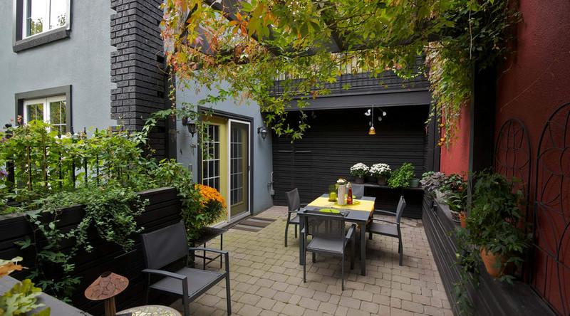 舒适是现代简约风格庭院设计给人的第一感受。这种风格的庭院当中,一般装饰和各种景观小物件的运用相对比较少,更重视庭院的功能性。庭院内采用最为简洁的装饰,给人一种明净、轻快、舒适的体验,与现代都市生活相契合,却又不失清净之感。 简约庭院设计更强调功能性的现代简约式庭院设计风格,多会在院中设置更多的休憩空间,增加舒适度。