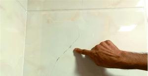 佛山老伯新房装修两月,厨浴墙面三成瓷片爆裂