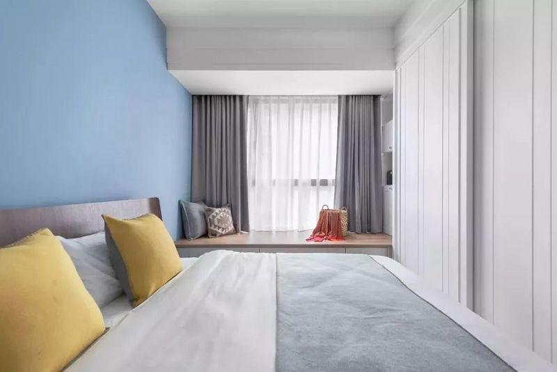 卧室作为一个睡眠空间,在选择窗帘的时候大部分屋主都会选择遮光帘,但是单纯的遮光帘在白天拉上又显得太过昏暗,所以还可以加上一层纱帘。深圳装饰设计小编觉得小户型卧室的窗帘在满足使用需求后,也要颜值高一些,如何搭配更好看呢?一起来看看吧~  通常卧室的窗帘都会选择纯色的遮光帘,内部加上一层白色的纱帘,遮光帘的颜色有很多种,你选一种符合卧室风格的就好。  比如灰色系的窗帘在近几年就是比较流行的,可以让小户型卧室看起来更加年轻大方,带上一丝粉色调之后,显得更加浪漫、舒适。  我们在选择卧室窗帘的时候,如果你不知道该