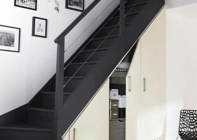 小复式是复式住宅的一类,源于跃层又优于跃层设计。复式住宅在设计上每户占有上、下两层楼,实际上是在层高较高的一层楼增建1.2米的夹层。小复式即是根据楼的楼高和用途来定义的。  小复式楼梯小复式住宅内部的上、下两层空间是以楼梯来进行连接,楼梯的尺寸、风格设计也很重要。  一、小复式楼梯材质目前比较常见的小复式楼梯有实木楼梯、钢木楼梯和钢玻楼梯三种。 1、钢玻楼梯:这种楼梯比较时尚耐用,富于现代感,适合年轻人使用。楼梯的主结构是采用碳素结构的钢板,踏板的主材则是用质地较轻的钢化玻璃或夹胶玻璃。但是边角地带容易划