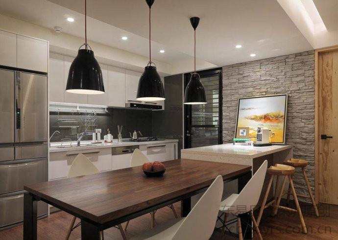 中岛是在现代厨房空间比较常见的一种设计,就算你家里没有,相信也在电视中看到过不少。岛台对于整个厨房空间来说不仅仅只是一个起到实用作用的区域,如果设计的比较好还会起到很好的空间装饰作用。不过中岛一般是出现在大户型的房子会比较多一些,它对厨房空间的面积要求会比较高。
