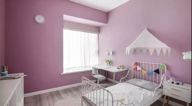 高 級 灰 灰色作為簡約時尚的經典色,非常耐看。不過灰色要刷得高級并不容易,這很講究整體氛圍的色調搭配,不然容易顯得壓抑,通常灰色墻面會搭配一些比較活躍的軟裝;所以用灰色墻面的臥室,可以在床單、窗簾等軟飾采用比較活潑的色調。