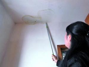 发现家里屋顶漏水该采取哪些措施来补救