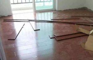 地板而已直接铺在地面上吗?