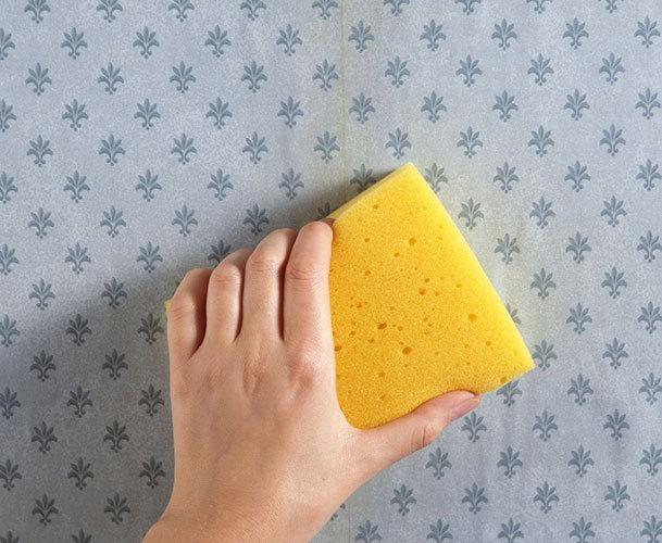 使用刮刀轻轻的刮掉墙纸