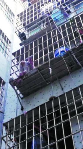 3岁男童身卡4楼防盗网,装修时防盗网防不防儿童坠楼你要知道