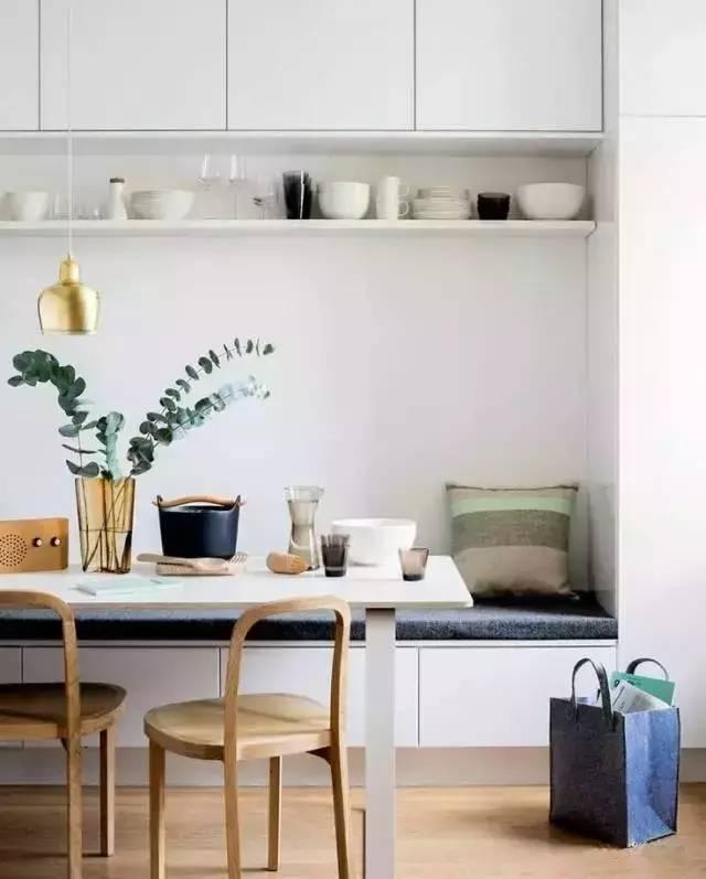 如今,小户型日渐成为年轻人推崇的购房方式,选用这种户型的家庭通常会把厨房、餐厅这两处空间尽量压缩,腾给起居功能区。 其实,过于局促的餐厅环境会影响就餐的质量,利用户型具体条件合理设计,可以完美解决这个问题。  1、开放式设计  小户型餐厅,尽可能采用开放式设计,无论视觉感受还是空间的实际利用都能得到最大化。 2、颜色搭配  餐厅色彩对于人的食欲影响较大,尽量不要使用暗沉色,而是选用明快的色彩。 3、吊顶设计  吊顶也是餐厅设计的重要组成部分。考虑到户型实际状况,餐厅吊顶格局需因地制宜。 可以考虑局部吊顶,