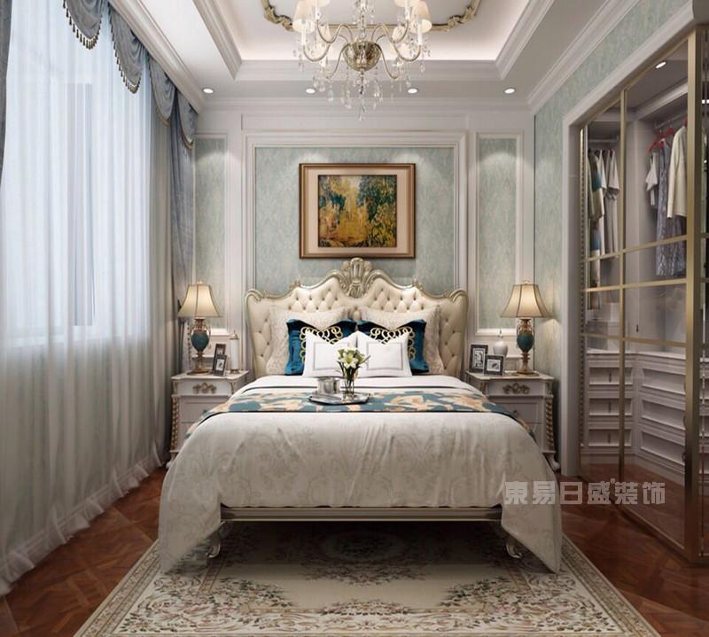欣赏九套东易日盛欧式卧室装修效果图,感受未来家装风潮。东易日盛在家装行业算是领先的品牌装修公司,在获奖设计和效果图的案例也是排名前十,独领风骚。我们可以了解东易日盛以往的经典卧室设计,从中探知未来家装风潮在欧式风格里所呈现的模样。 一、欧式风格卧室装修设计_背景墙壁纸  以蓝白色调为主的欧式卧室装修效果图中,木工师傅定制的百叶门衣柜,除了美观大方还有透气防潮功能,再此基础上选用蓝色花鸟图案点缀,赋予这张卧室图片优雅高贵的视觉触感。