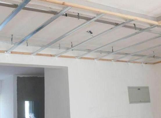 木龙骨吊顶一般用于家装小面积吊顶造型,安装前,需保持干燥,间距合理