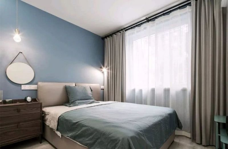 东易日盛小编今天分享一套建筑面积为48平方米的简单小户型公寓。当房主考虑自己的设计时,他提到了更为优雅的黑白和灰色方案,这使设计师使这套房屋更加时尚和简洁,当然,在细节上还添加了其他颜色作为装饰,以使整体家看起来更好。  设计草图  入口处的入口空间相对较小,设计师将入口鞋柜和厨房柜放在一起。