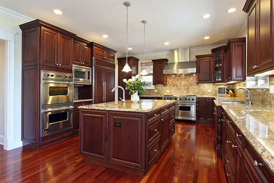 U字型厨房沿三面墙安装,从而为理想的三角形工作空间和不间断的柜台顶部运行创造机会。通过创建完美的工作三角形,在相邻的墙上可以使用额外的柜台空间。 工作三角形包括冰箱,灶具和水槽之间的区域,这些区域通常是厨房中使用最多的区域,应该彼此靠近。虽然U形可以在各种尺寸的厨房中使用,但这种厨房布局的理想宽度为3米到6米。如果空间太窄,厨房将失去流动性和效率。同样,如果空间太宽,并且没有在等式中加入岛,则台面之间的距离会使厨房工作繁琐。 如果你正在考虑打造一个U字型厨房或改善你现有的厨房布局,那么下面小易为大家带来的