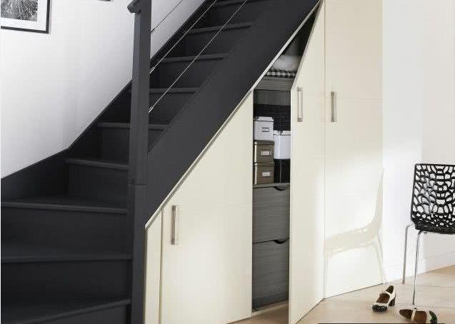 很多人觉得复式房子的空间大,并且很有特色,在买楼的时候就喜欢买复式的楼房。但是在买了之后才发现,虽然有两层楼,但是房子的面积并不比一层的大,空间并没有大多少。并且复式的房子需要安装上一个楼梯,楼梯就会占用很大空间,看起来非常拥挤。家里的东西多?没有地方安置?别忘了楼梯间可是一个很大的地方呢。装修有妙招,楼梯间也要利用起来,大开眼界,鞋柜玩具屋都有了!下面大家就跟随深圳铺面装修小编一块看看吧!  复式房从一楼到二楼最起码也有三米左右,楼梯下面可以算是一个很大的空间了。如果把这么大的一个地方空着,却还有很多杂